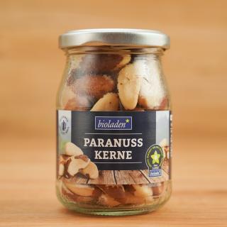 b* Paranuss Kerne  im Glas