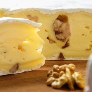 Brie mit Walnüssen 50 %